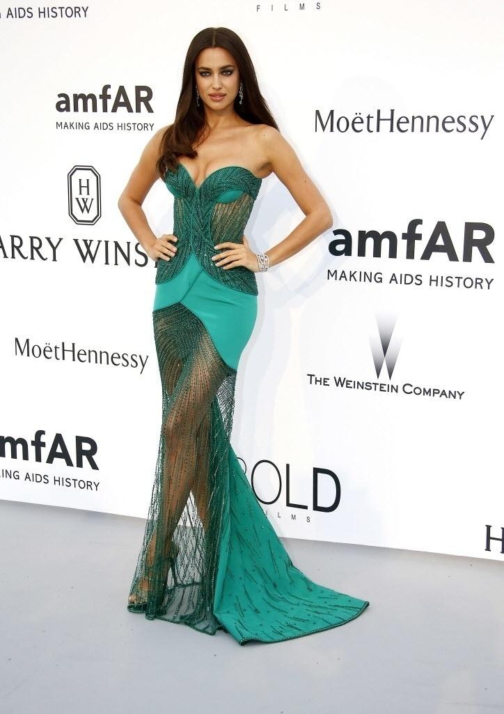 21.mai.2015 - A modelo Irina Shayk, ex- de Cristiano Ronaldo, chega ao baile anual da amfAR realizado durante o 68º Festival de Cannes, na França