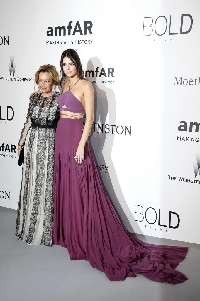 21.mai.2015 - A modelo norte-americana Kendall Jenner posa com Caroline Scheufele, co-Presidente e diretora artística da Chopard