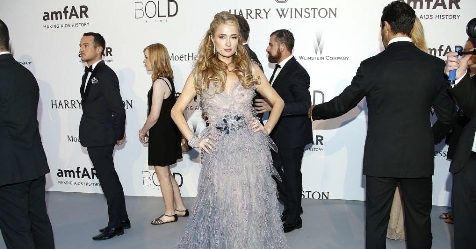 21.mai.2015 - A socialite norte-americana Paris Hilton faz pose em sua chegada ao baile de gala da amfAR durante a 68ª edição do festival de Cannes