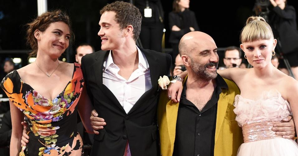 20.mai.2015 - Da esq. para a dir., a atriz suíça Aomi Muyock, o ator norte-americano Karl Glusman, o diretor argentino Gaspar Noe e a atriz dinamarquesa Klara Kristin posam para fotógrafos no tapete vermelho de Cannes, onde divulgam o filme