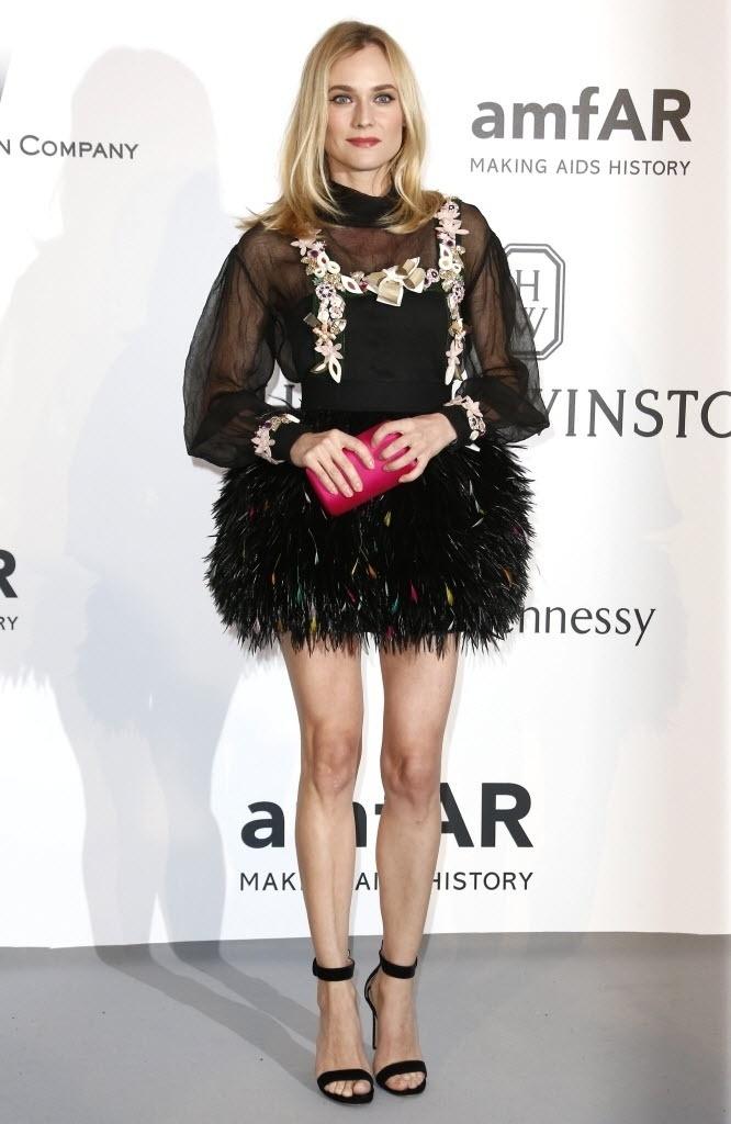 21.mai.2015 - Diane Kruger deixa pernas à mostra ao chegar no baile de gala da amfAr realizado durante a 68ª edição do Festival de Cannes