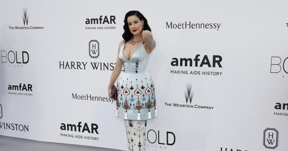 21.mai.2015 - Dita Von Teese chega ao baile da amfAR em Cannes.  A fundação destinada a levantar recursos para financiar pesquisas contra a AIDS organiza o baile Cinema contra AIDS durante a 68ª edição do Festival de Cannes