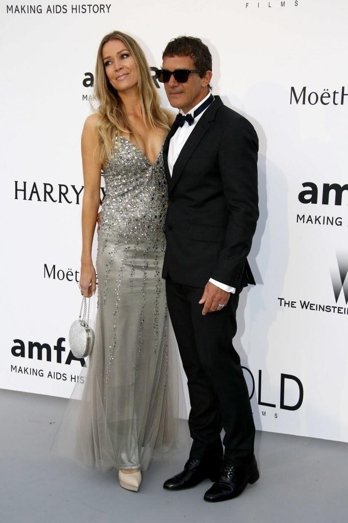 21.mai.2015 - O casal Antonio Banderas e Nicole Kimpel chega ao baile da amfAR durante a 68ª edição do festival de Cannes