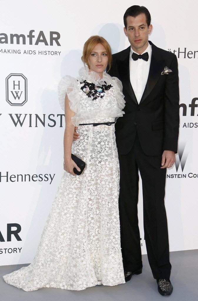 21.mai.2015 - O músico britânico Mark Ronson e Josephine de la Baume posam na chegada do baile de gala da amfAR, durante a 68ª edição do festival de Cannes