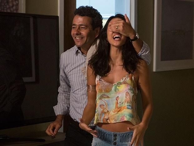 Aderbal faz surpresa para Susana e diz para ela largar emprego