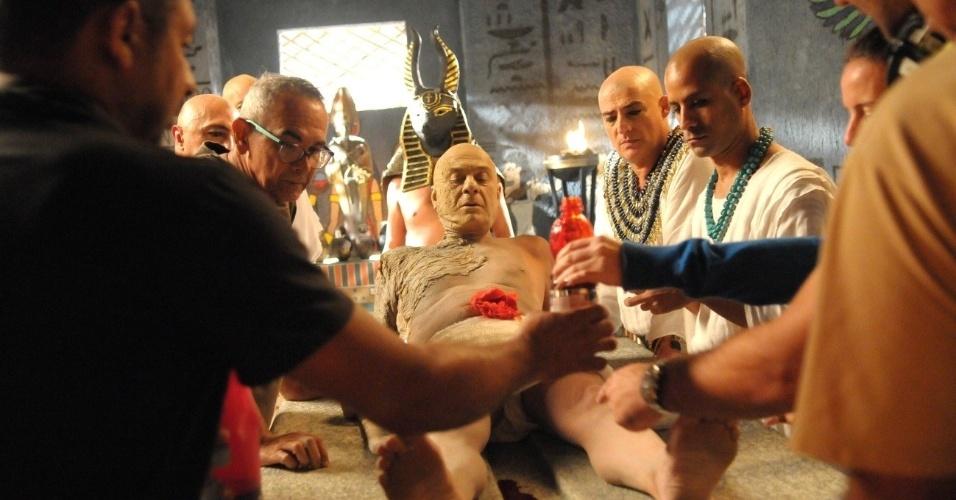 O ator Zécarlos Machado ficou cerca de quatro horas no processo de caracterização da mumificação de seu personagem, o faraó Seti l, que deverá morrer na trama em meados de junho