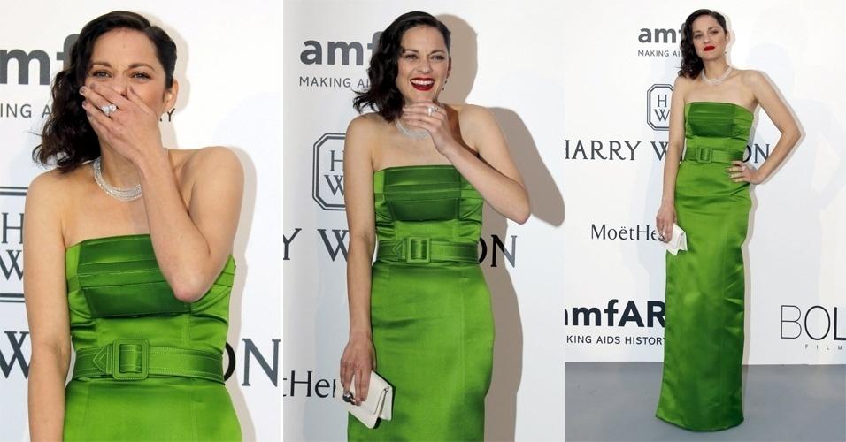 21.mai.2015 - A atriz francesa Marion Cotillard posa para fotos ao chegar no baile de gala da amfAR, em Cannes