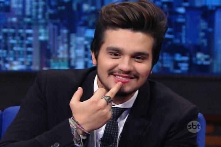 """21.mai.2015 - Luan Santana mostra o rosto e a boca cheios de batom depois de dar um beijo na boca da assistente de palco do """"The Noite"""", Juliana, nesta quinta-feira"""