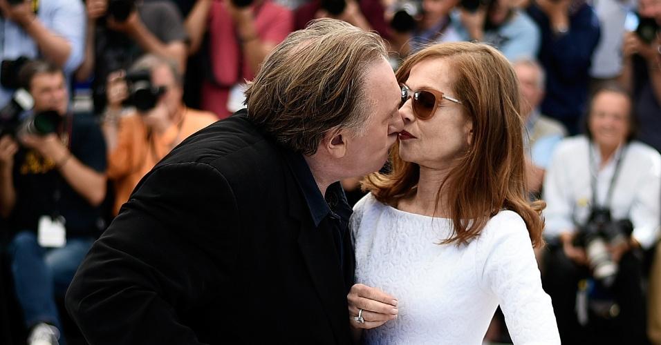 22.mai.2015 - Gerard Depardieu tenta beijar Isabelle Huppert, durante apresentação do filme