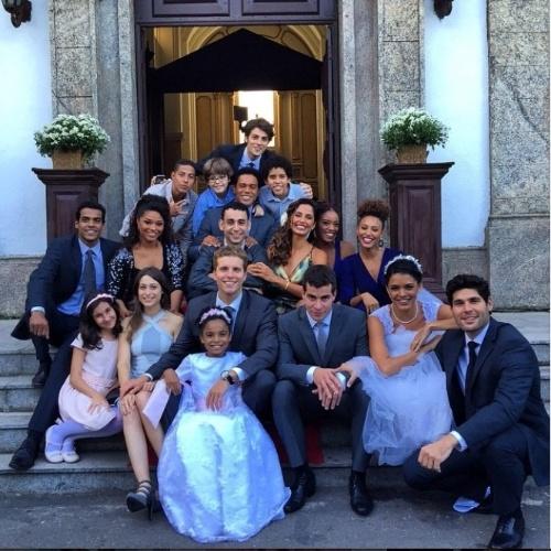 """22.mai.2015- Marcello Melo Jr. mostra bastidores do casamento de Diogo (Tiago Martins) e Gabi (Kizi Vaz): """"Essa é para entrar pra história"""", escreveu o ator ao publicar uma foto do elenco de """"Babilônia"""" no Instagram"""