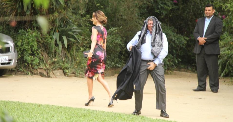 23.mai.2015 - Boninho faz gesto obsceno ao chegar ao casamento de Bial e Maria Prata em Petrópolis