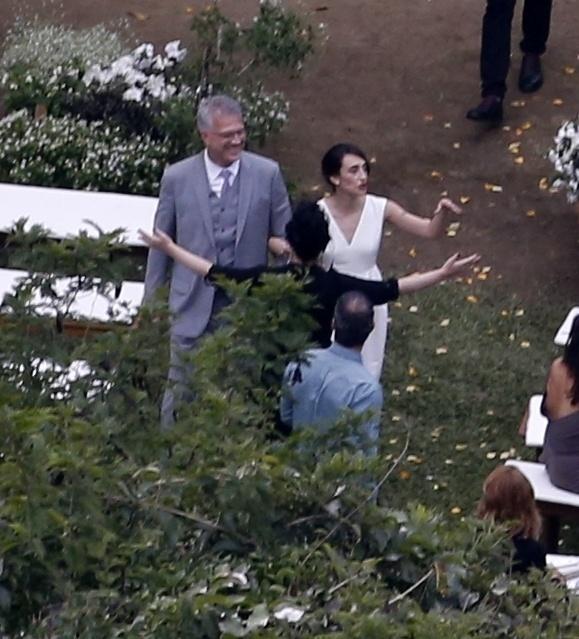 23.mai.2015 - Maria Prata e Pedro Bial trocaram alianças neste sábado (23), em Petrópolis, região serrana do Rio de Janeiro