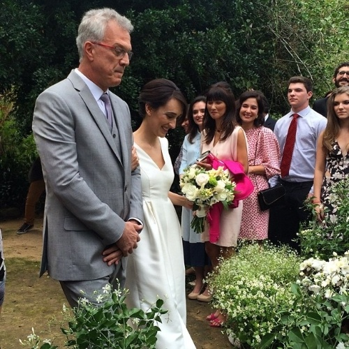 23.mai.2015 - Pedro Bial e Maria Prata durante a cerimônia de casamento neste sábado (23) em Petrópolis, região serrana do Rio de Janeiro