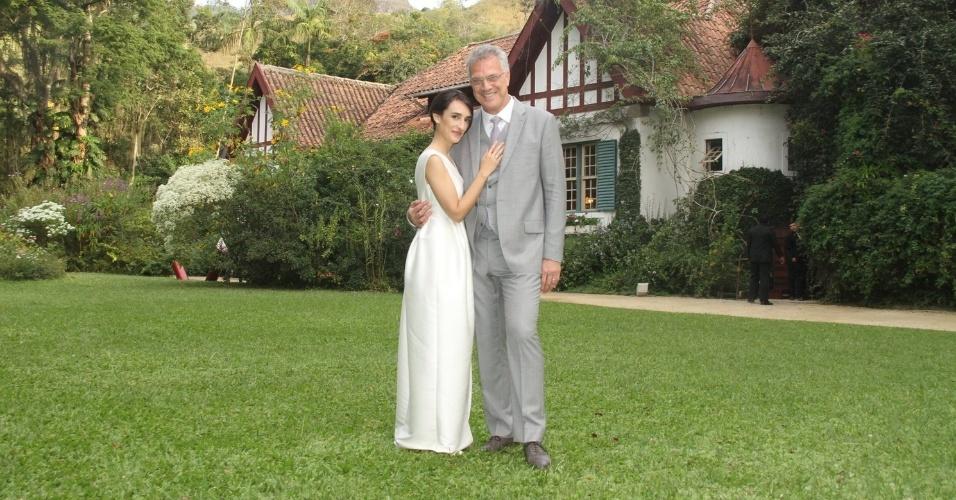 23.mai.2015 - Recém-casados, Maria Prata e Pedro Bial posam em Petrópolis, na região serrana do Rio de Janeiro