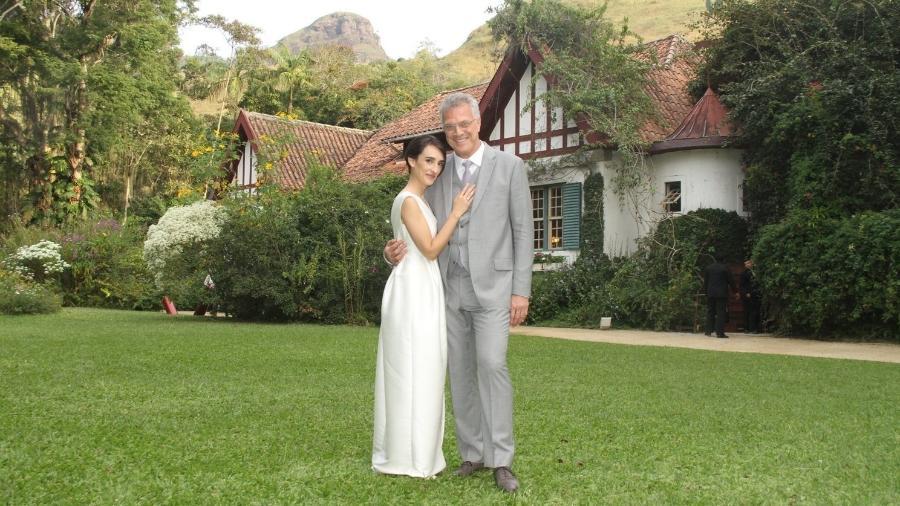 Maria Prata e Pedro Bial posam após o casamento que aconteceu em Petrópolis, na região serrana do Rio de Janeiro - PHOTO RIO NEWS