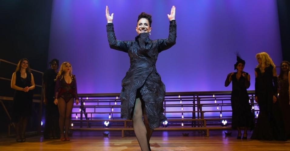 """23.mai.2015 - Totia Meirelles agradece ao público ao final do espetáculo """"Nine, Um Musical Felliniano"""" no Teatro Porto Seguro, no Campos Elíseos, no centro de São Paulo, nesta sexta-feira"""