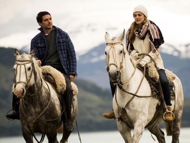 Felipe (Michel Noher) e Júlia (Isabelle Drummond) fazem passeio a cavalo na Patagônia em