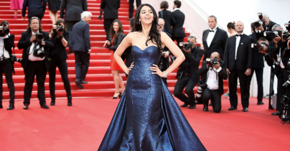 23.mai.2015 - A atriz indiana Mallika Sherawat, figurinha carimbada no Festival de Cannes há alguns anos, desfilou pelo tapete vermelho do evento francês e conferiu a exibição de