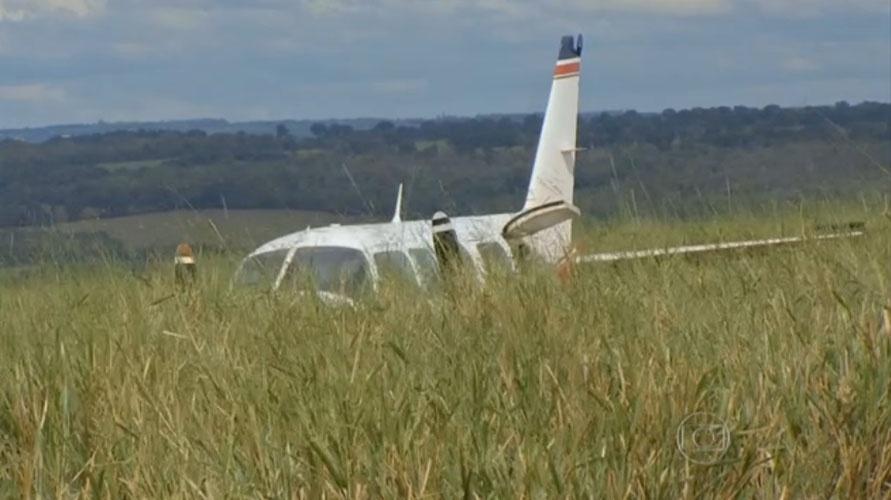 """24.mai.2015 - Ainda assustado com o pouso de emergência realizado em uma fazenda a 30 km de Campo Grande (MS) na manhã deste domingo (24), o piloto Osmar Frattini, de 52 anos, disse que """"Deus ajudou"""" para que todos que estavam a bordo saíssem com vida após o acidente."""