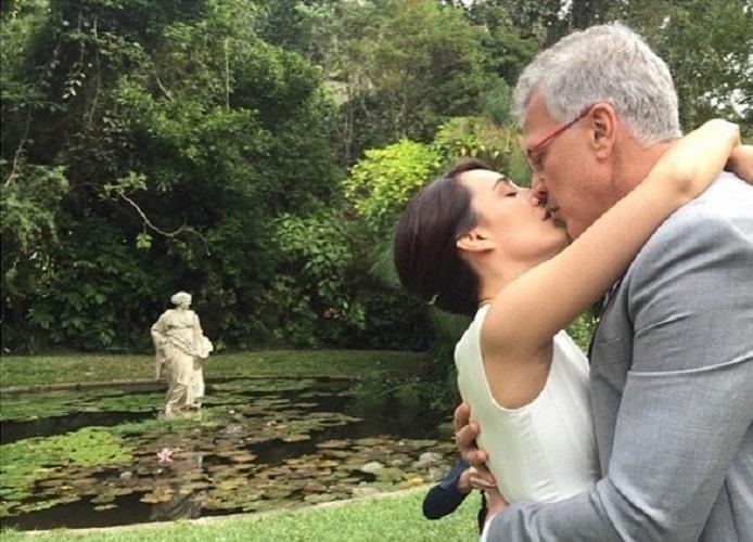 """24.mai.2015 - Discreta em relação à vida pessoal, a jornalista Maria Prata não deixou de compartilhar um momento especial do casamento com Pedro Bial. Neste domingo (24), ela publicou uma foto romântica do casal com a legenda: """"Sim"""", acompanhada de dois corações"""