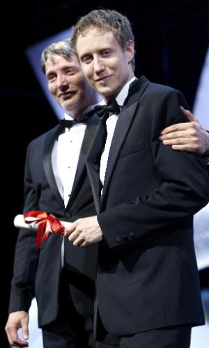 24.mai.2015 - O cineasta húngaro László Nemes recebe o Grand Prix das mãos do ator Mads Mikkelsen pelo filme