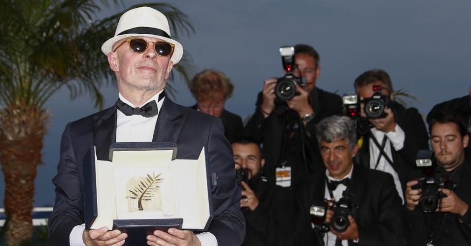 24.mai.2015 - O diretor francês Jacques Audiard posa com a Palma de Ouro após a vitória de