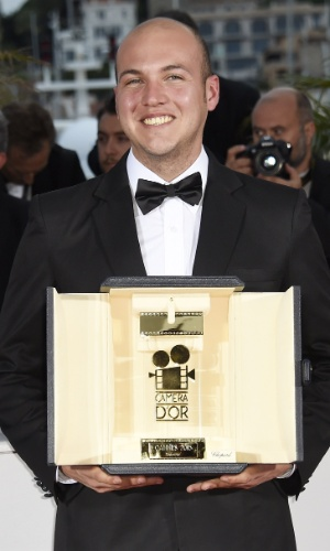 O colombiano Cesar Augusto Acevedo posa com o prêmio Camera d'Or para o filme