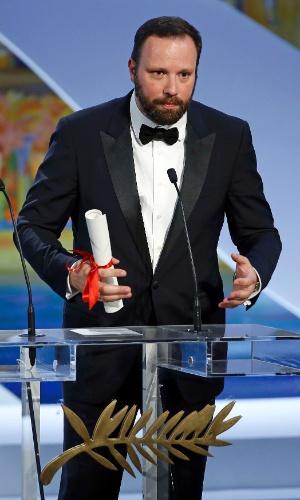 O diretor Yorgos Lanthimos recebe o prêmio do júri para