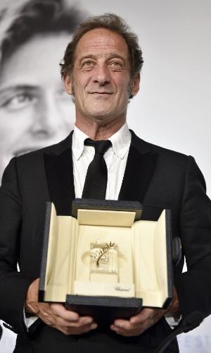 O francês Vincent Lindon posa com o prêmio de melhor ator no Festival de Cannes 2015, por sua performance em