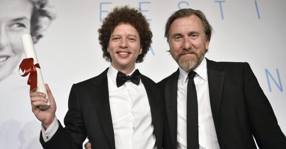 O mexicano Michel Franco posa ao lado do ator Tim Roth após receber o prêmio de melhor roteiro por