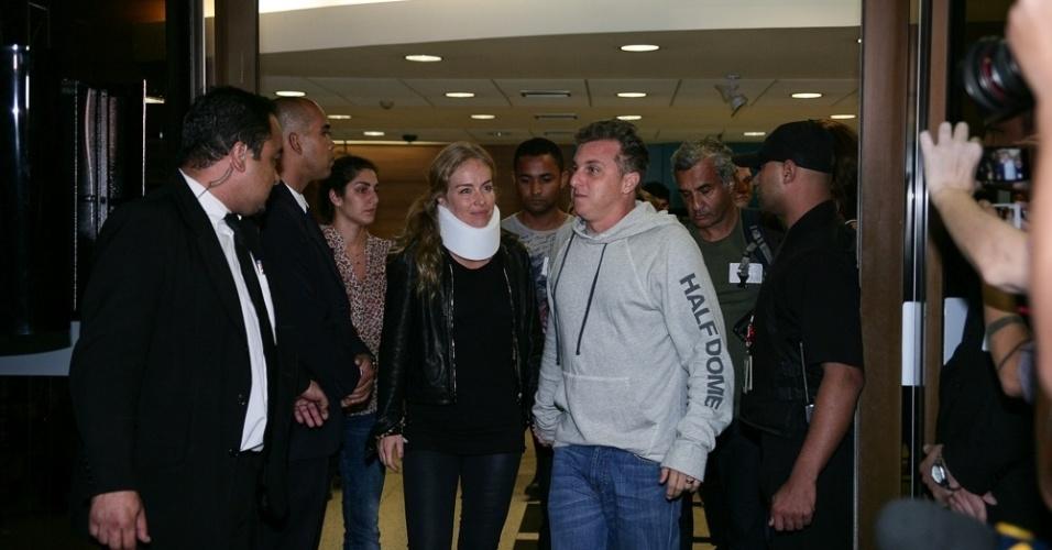 25.mai.2015 - Após acidente aéreo, Angélica e Luciano Huck deixam hospital em São Paulo e agradecem os fãs e voltam para o Rio de Janeiro