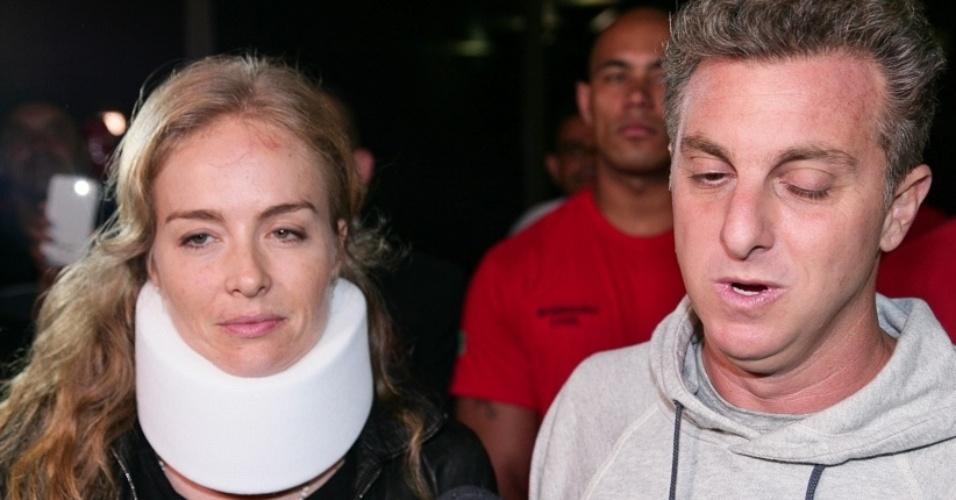 25.mai.2015 - Com colar cervical, Angélica deixa hospital em São Paulo ao lado do marido, o apresentador Luciano Huck. O casal está sem dormir desde domingo (24)