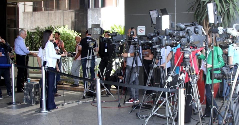 25.mai.2015 - Movimentação na porta do hospital Albert Einstein, na zona sul de São Paulo, na manhã desta segunda-feira. Angélica e Luciano Huck foram levados para o local ainda no domingo. A apresentadora foi transferida em uma UTI aérea, enquanto Huck viajou em um avião particular com os filhos e as babás
