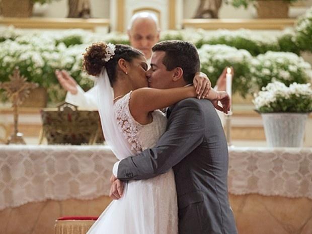 Após muitos obstáculos, Diogo finalmente se casa com Gabi