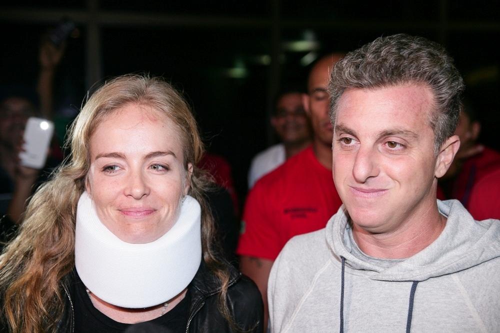 Com colar cervical, Angélica e Huck deixam hospital em São Paulo