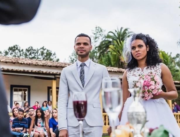 Para o casamento em um sítio, Oseias de Oliveira Silva preferiu vestir terno cinza claro - Moment Art Photography