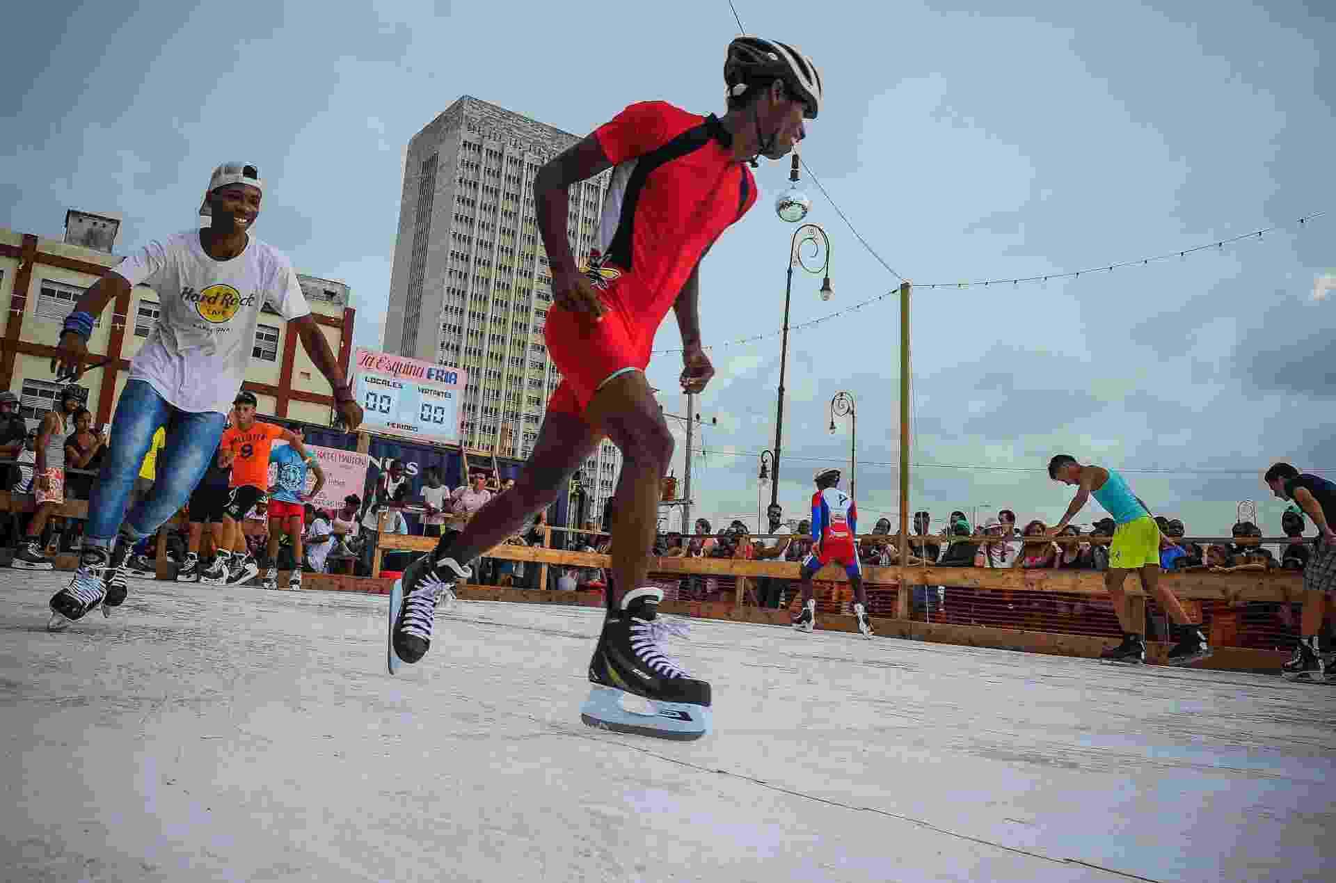 24.mai.2015 - Artista americano Duke Riley cria pista de patição no gelo em Havana para 12ª Bienal de Arte da capital cubana - YAMIL LAGE/AFP