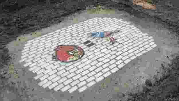 Artista Jim Bachor substitui buracos de rua por arte em mosaico - Jim Bachor