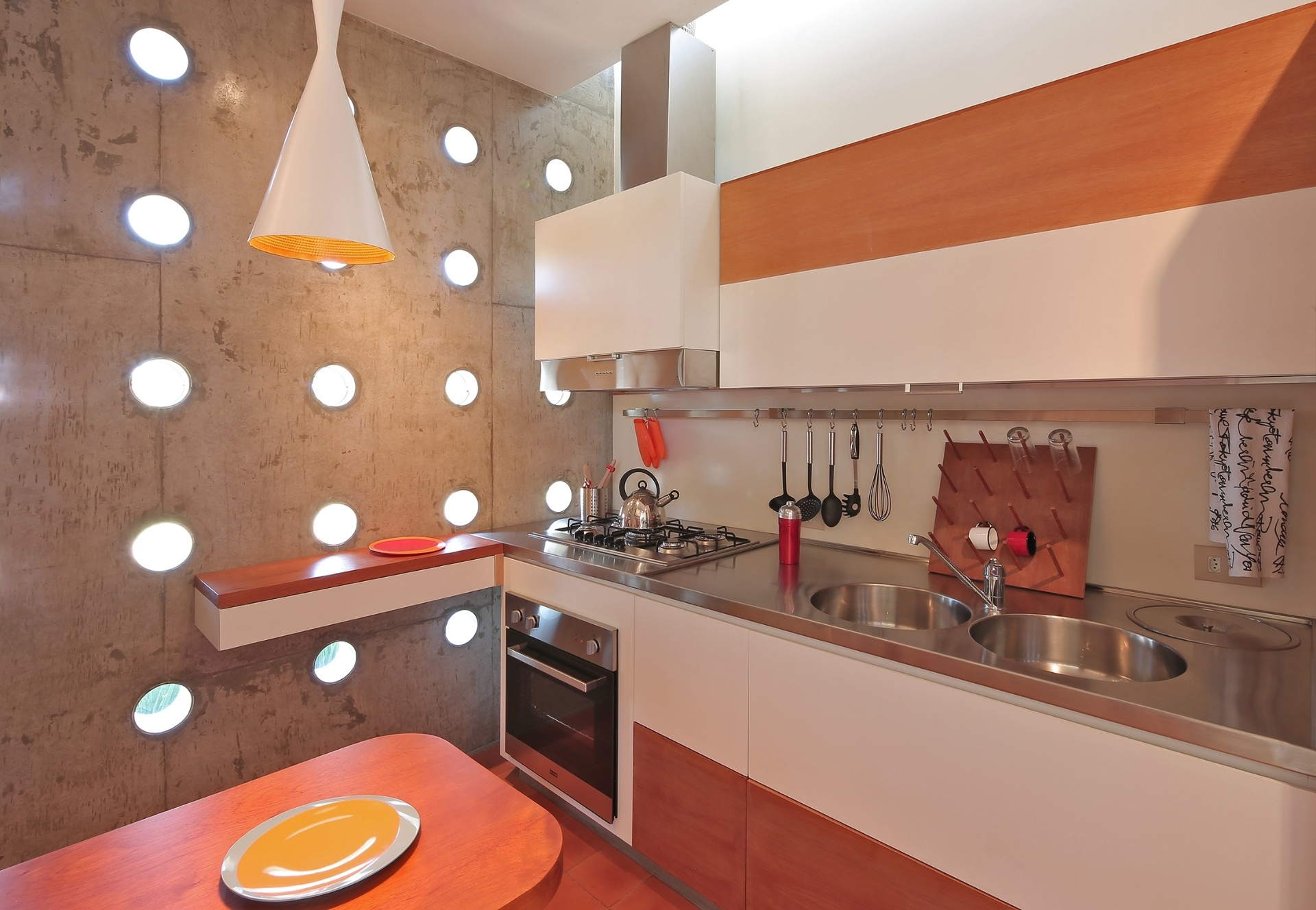 A cozinha da casa Madrid, no interior de São Paulo, tem piso de ladrilhos hidráulicos terracota, da Brasil Imperial. O brilho se dá pelo acabamento resinado, para evitar manchas, especialmente de gordura. O projeto da residência é da arquiteta Monica Drucker