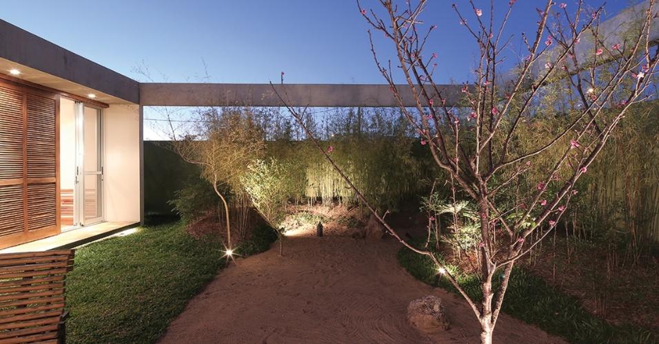 Com uma arquitetura de linhas retas e simples, a casa Madrid é desenhada como se fosse uma mesa: uma grande viga delimita e contorna a construção e fica bem visível nos limites do pátio interno, com jardim inspirado na cultura japonesa. A residência fica em Marília, interior de São Paulo, e tem projeto assinado pela arquiteta Monica Drucker