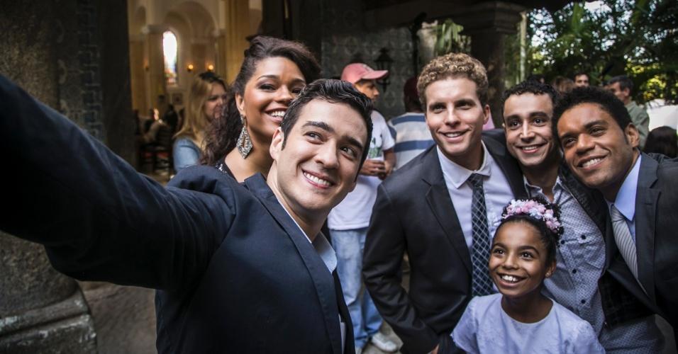 """Maio.2015 - Como nos casamentos da vida real, Marcos Veras juntou os colegas para fazer um selfie nos bastidores da gravação do casamento de Diogo (Tiago Martins) e Gabi (Kizi Vaz), em """"Babilônia"""""""