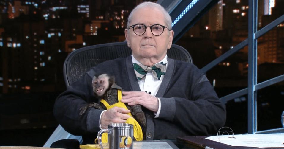 """27.mai.2015 - Jô Soares se encanta pelo macaco Twelves durante a entrevista feita com Latino no """"Programa do Jô"""" desta quarta-feira"""