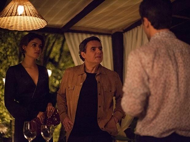 Evandro não gosta da presença de Murilo no restaurante e perde a cabeça com o rapaz