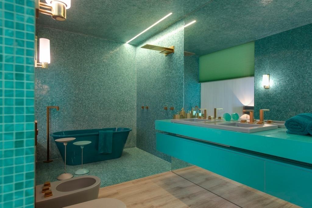 Casa Cor SP 2015 - Brunete Fraccaroli lança em parceira com a Silestone o padrão Acqua Fraccaroli, um azul esverdeado. No banheiro, a bancada feita com a superfície de quartzo é combinada a pastilhas cerâmicas verdes
