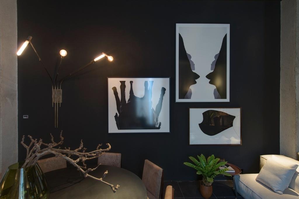 Casa Cor SP 2015 - Os tons de marrom e branco suavizam o preto que aparece no acabamento da parede e na mesa de jantar no Apartamento Brasil, de Osvaldo Tenório