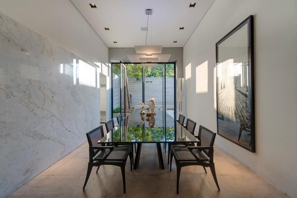 Casa Cor SP 2015 - Tons de preto, cinza e branco, atrelados ao mármore Calacata (que reveste uma das paredes), sofisticam a composição básica da sala de jantar da Casa P&B, assinada por Léo Shehtman