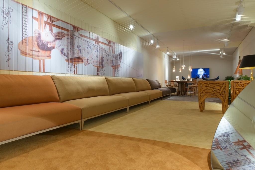 Casa Cor SP 2015 - O Clube Leo, assinado por Leo Romano, é um espaço longitudinal com total fluidez entre os elementos decorativos. No mobiliário ícones do design nacional e um sofá com 12 metros