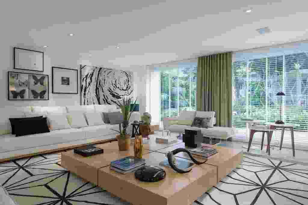 Casa Cor SP 2015 - Os móveis na sala de estar do Espaço da Família, assinado por Francisco Calio, são marcados por matizes e tons claros e neutros. As obras de arte seguem a mesma paleta - Katia Kuwabara/ UOL
