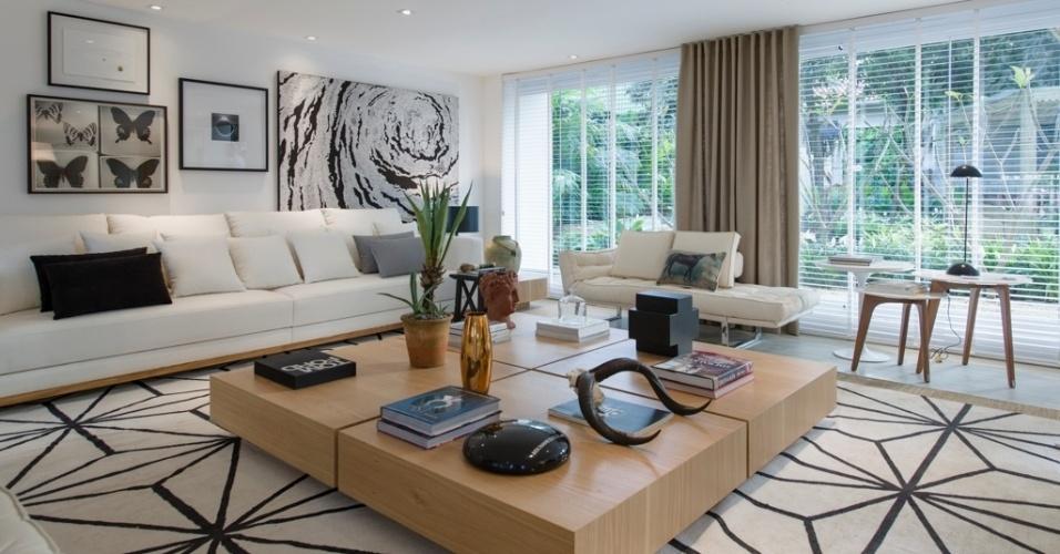 Casa Cor SP 2015 - Os móveis na sala de estar do Espaço da Família, assinado por Francisco Calio, são marcados por matizes e tons claros e neutros. As obras de arte seguem a mesma paleta