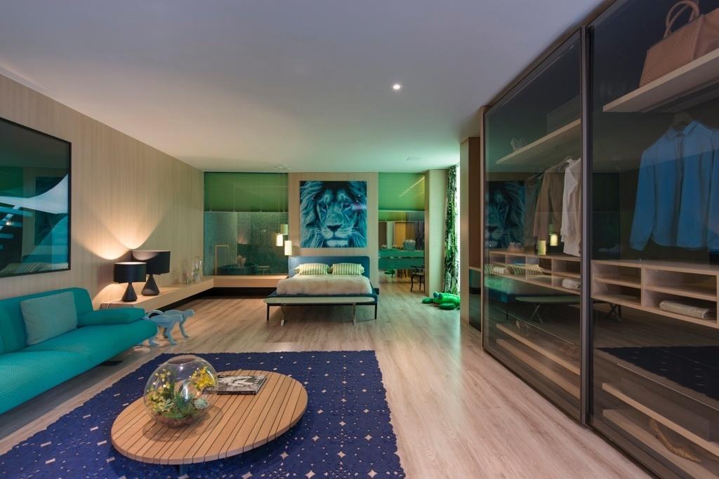 Casa Cor SP 2015 - Na suíte do projeto Acqua que Te Quero Água, de Brunete Fraccaroli, os tons de azul e verde são aplicados com equilíbrio sobre uma base marcada pelo uso da madeira clara